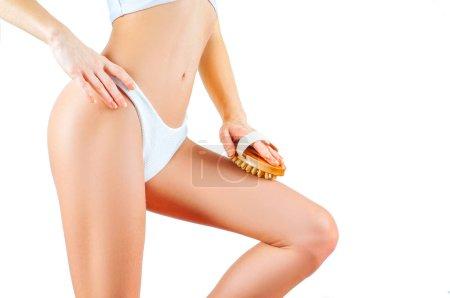 Photo pour Traitement anti-cellulite. Corps féminin parfait en sous-vêtements. Femme faire anti massage cellulite - image libre de droit