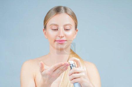 Photo pour Traitement de beauté et soin du visage. Belle femme démaquillage du visage - image libre de droit