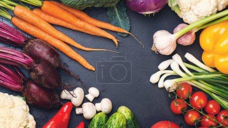 Photo pour Fond de légumes. Légumes frais sur fond noir. Copiez l'espace, vue de dessus. Mode de vie sain, régimes amaigrissant concept manger sain. Aliments bio. Légumes bio du jardin. Saine alimentation naturelle - image libre de droit
