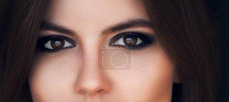 Photo pour Beaux yeux maquillage lumineux. Voir sexy, sensuel. Yeux femelles avec de longs cils. Maquillage des yeux charbonneux. Fards à paupières. Sourcils parfaits et longs cils. Cosmétiques et maquillage. Concept de beauté. - image libre de droit