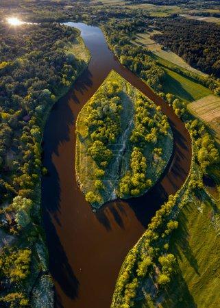 Photo pour Vue aérienne de l'île sur la rivière Narew par temps ensoleillé, Pologne - image libre de droit