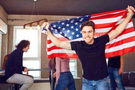 Guy avec un beau sourire avec le drapeau de l'Amérique à l'intérieur .