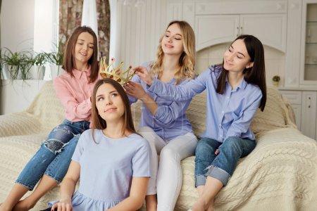 Photo pour Des copines qui rencontrent des amis qui parlent dans la chambre. Parti des amis . - image libre de droit