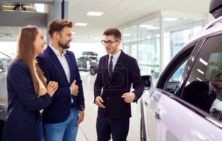Photo pour Vente, location de voitures. Le concessionnaire vend la voiture pour les jeunes. - image libre de droit