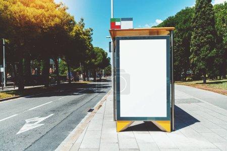 Leere Plakatwand Platzhalter Vorlage an einer städtischen Bushaltestelle mit dem Bürgersteig auf der linken Seite; leere Werbebanner Attrappe in der Stadt Einstellungen; weiße leere Informationstafel in der Nähe der Autobahn