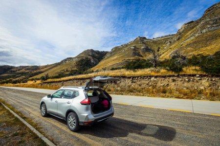 Photo pour Voiture blanche sur la route dans le parc national de Torres Del Paine, Chili - image libre de droit