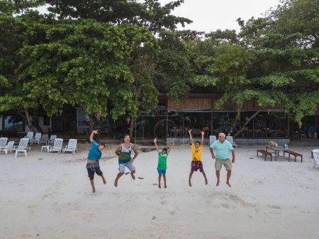 Photo pour Les gens sur la plage le jour sur le rivage de la mer et profiter de la vie - image libre de droit