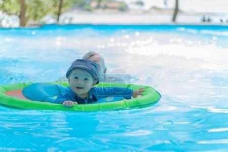 Foto de Niño nadando en la piscina con agua azul - Imagen libre de derechos