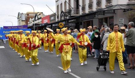 Foto de Bowral, Australia - 22 de septiembre de 2018. Meditación de Falun Gong. Desfile de la calle de tulipán tiempo cuenta con bandas de música y varias carrozas. Los visitantes disfrutan del espectáculo mostrando la diversidad y el orgullo de la comunidad - Imagen libre de derechos