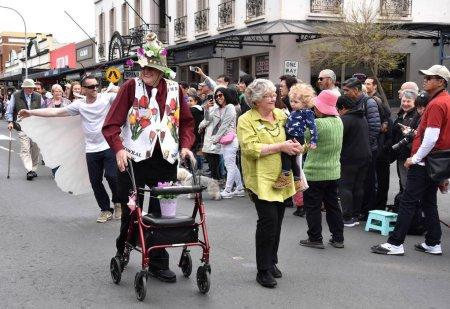 Foto de Bowral, Australia - 22 de septiembre de 2018. Desfile de la calle de tulipán tiempo cuenta con bandas de música, varias carrozas y grupos a pie. Los visitantes disfrutan del espectáculo mostrando la diversidad y el orgullo de la comunidad. - Imagen libre de derechos