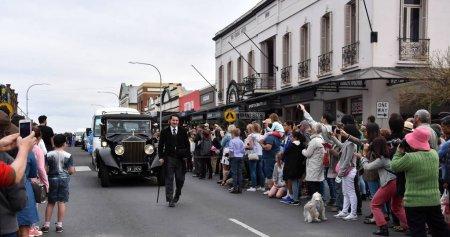 Foto de Bowral, Australia - 22 de septiembre de 2018. Desfile de la calle de tulipán tiempo cuenta con coches clásicos y vintage, marchando de bandas y carrozas varios. Locales y visitantes línea de la calle para celebrar la primavera. - Imagen libre de derechos