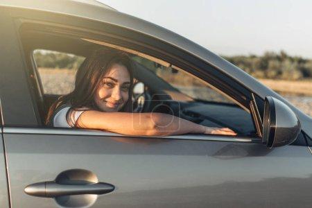 Photo pour Happy Woman sur Roadtrip vers le soleil couchant en voiture Suv - image libre de droit