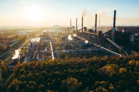 Photo pour Paysage industriel fortement pollué par une grande usine - image libre de droit