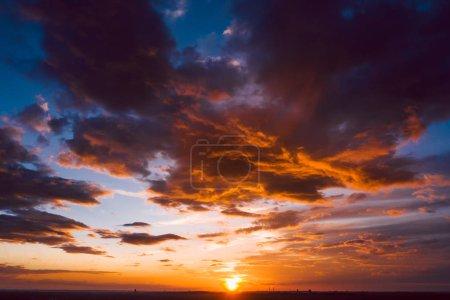 Photo pour Ciel orange dramatique avec des nuages au coucher du soleil - image libre de droit