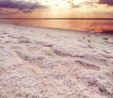 Photo pour Lac avec l'eau rose vif et le sel sur le rivage. Lac rose salé unique. Ukraine. - image libre de droit