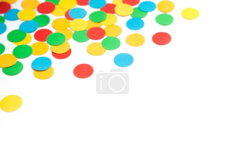 Confetti esparcidos en diferentes colores sobre un fondo blanco. Confeti festivo. La decoración para la fiesta .