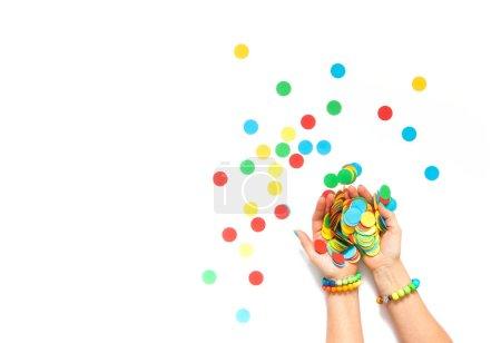 Confetti esparcidos en diferentes colores sobre un fondo blanco. Confeti festivo. La decoración para la fiesta