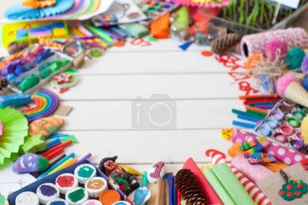 Photo pour Matériaux pour la créativité des enfants. Dessins, pâte à modeler, artisanat. - image libre de droit