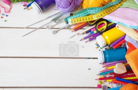 Photo pour Couleur de tissu, fil, fil, crayons et peintures. Matières colorées pour un travail créatif sur la table. Faire la couture. Tout à fait à la main. - image libre de droit