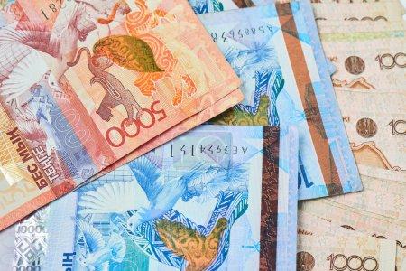 Photo pour Pile de billets de tenge kazakh close-up, dévaluation du concept de taux de change - image libre de droit