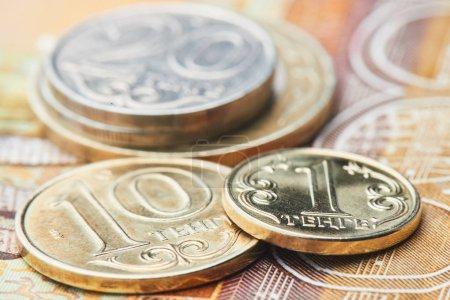 Photo pour Pièces sur pile de billets de tenge kazakh gros plan, dévaluation du concept de taux de change - image libre de droit