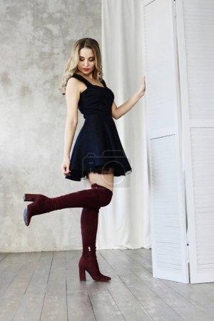 Photo pour Superbe femme à la mode en robe de soirée noire, qui pose en studio, lookbook féminin concept - image libre de droit