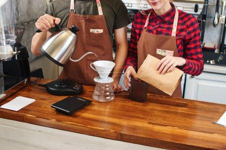 Foto de Dos baristas trabajando juntos en la cafetería - Imagen libre de derechos