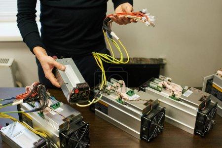 Photo pour Connexion d'un équipement d'exploitation minière cryptocurrency l'homme - image libre de droit
