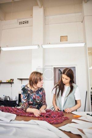 Photo pour Stage de formation de couturière professionnelle en atelier - image libre de droit