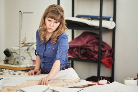 Photo pour Couturière de concentré professionnelle travaillant dans l'atelier - image libre de droit