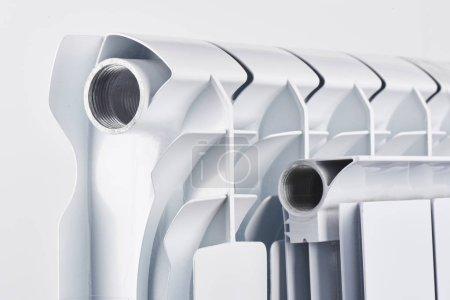 Photo pour Batterie de plomberie chauffage. Radiateur bimétallique en aluminium sur un fond blanc closeup. - image libre de droit