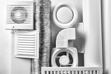 Photo pour Vue de dessus de composants de système de ventilation sur fond blanc - image libre de droit