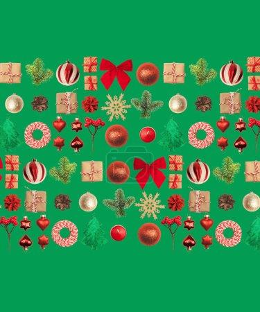 Photo pour Fond de Noël ou Nouvel An : boules de verre rouge et or, branches de sapin, décorations et cadeaux. Un endroit pour vos félicitations . - image libre de droit