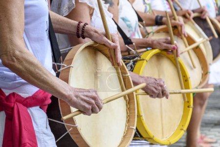 Foto de Mujeres percusionistas tocando la batería durante la actuación popular de samba en Belo Horizonte, Minas Gerais - Imagen libre de derechos