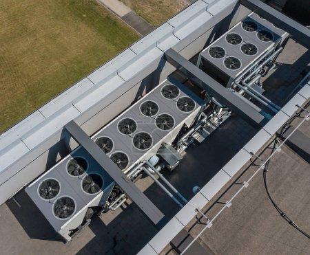 Photo pour HVAC. Système de ventilation sur le toit de l'immeuble. - image libre de droit