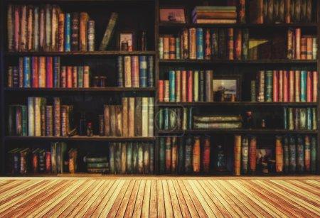 Photo pour Floue étagère dans une librairie ou une bibliothèque de nombreux ouvrages anciens. - image libre de droit