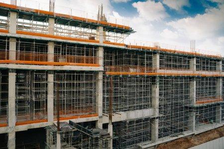 Photo pour Sur le chantier, une structure métallique est en cours de construction - image libre de droit