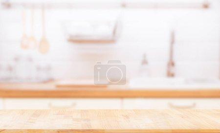 Foto de Mesa de madera sobre fondo de la cocina azul. puede ser utilizado para mostrar o montar sus productos. - Imagen libre de derechos