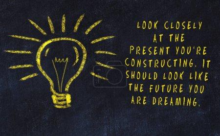 Photo pour Dessin de craie de l'ampoule et inscription au sujet de l'art et de la créativité. - image libre de droit