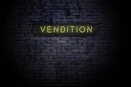 Photo pour Mur de briques surligné avec la vendition d'inscription de néon. - image libre de droit