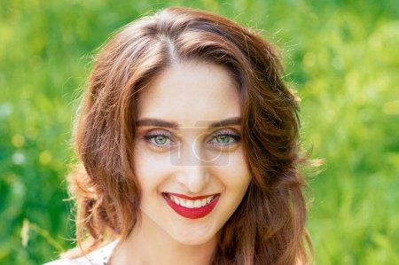 Photo pour Portrait visage de jeune femme souriante en plein air en été . - image libre de droit