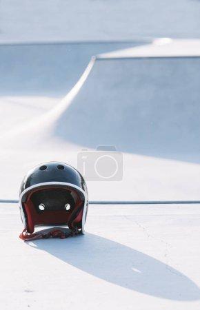 Photo pour Casque de protection sur le plancher du skatepark - image libre de droit
