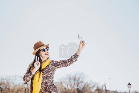 Photo pour Autoportrait de belle jeune femme, faisant signe de la paix. - image libre de droit