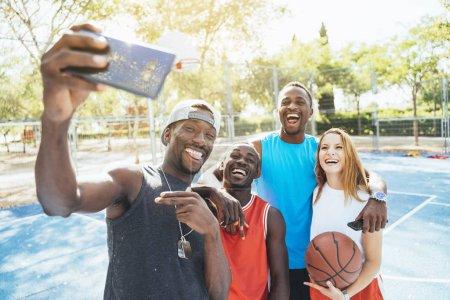 Photo pour Groupe multiethnique d'amis prenant un selfie dans la rue. Concept d'amitié - image libre de droit