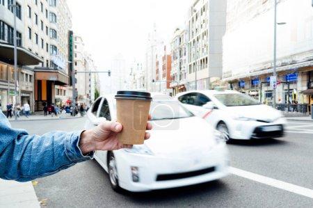 Photo pour Femme avec du café à la main. - image libre de droit