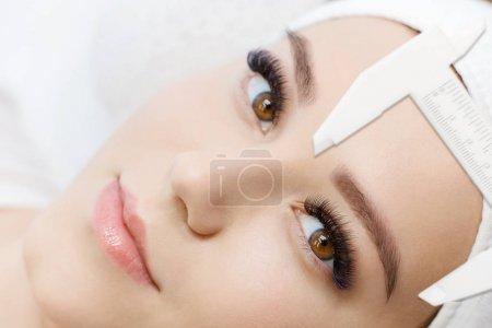 Photo pour Gros plan de la femme à la procédure pour les sourcils au salon - image libre de droit