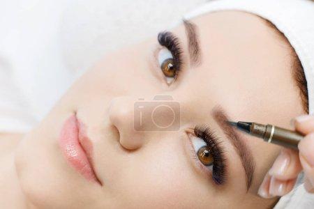 Photo pour Gros plan de la femme à la procédure pour la peinture des sourcils - image libre de droit
