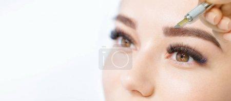 Photo pour Gros plan de la femme à la procédure pour la forme des sourcils formant - image libre de droit