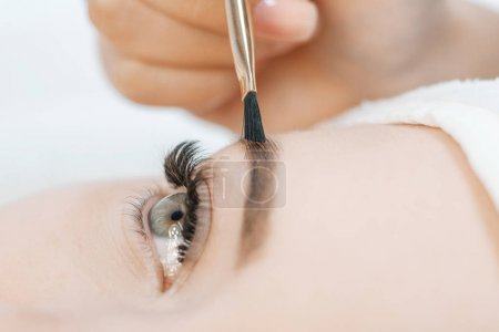 Photo pour Gros plan de la femme à la procédure pour la forme des sourcils formant dans le salon de beauté - image libre de droit