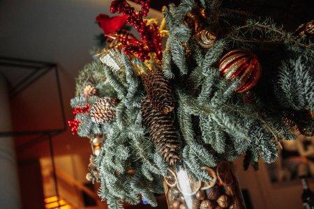 Photo pour Un vaz avec un arbre du Nouvel An sur le bar avec des verres et du vin. Photo de haute qualité - image libre de droit